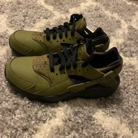 5300ff0ffad5 Women s army green Nike Huaraches size 7. M 5bf9b304aa87701cfad544a5